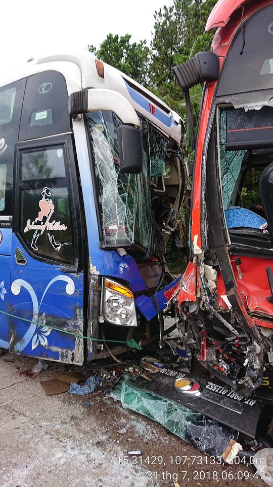 Quảng Nam: Hai xe khách giường nằm đối đầu trên đèo Lò Xo - 1