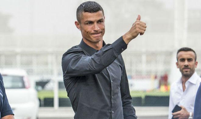 """Ronaldo chưa đá ra mắt Juventus đã bị kẻ thù """"Bà đầm già"""" chọc tức - 1"""