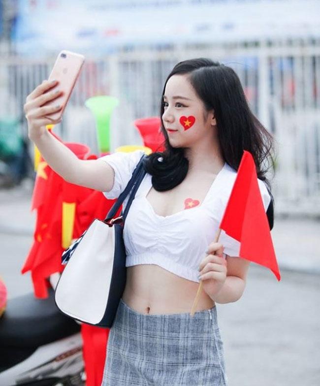 """U23 Việt Nam đại thắng Palestine: """"Hot girl ngủ gật"""" quá xinh đẹp gây sốt sân Mỹ Đình - hình ảnh 1"""