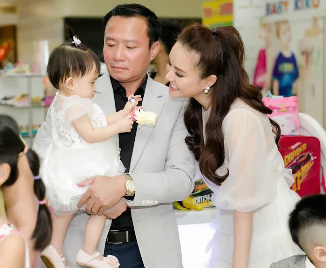 Chồng đại gia của Vy Oanh hiếm hoi xuất hiện bên vợ, khoe hai con giống hệt bố - hình ảnh 1