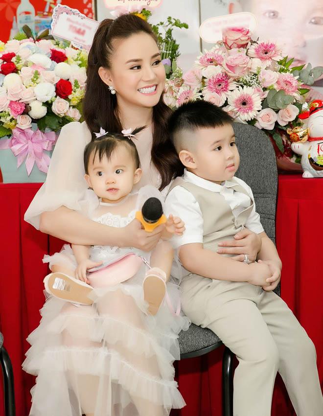 Chồng đại gia của Vy Oanh hiếm hoi xuất hiện bên vợ, khoe hai con giống hệt bố - hình ảnh 6