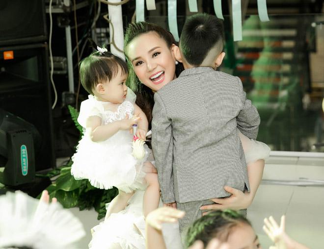 Chồng đại gia của Vy Oanh hiếm hoi xuất hiện bên vợ, khoe hai con giống hệt bố - hình ảnh 2