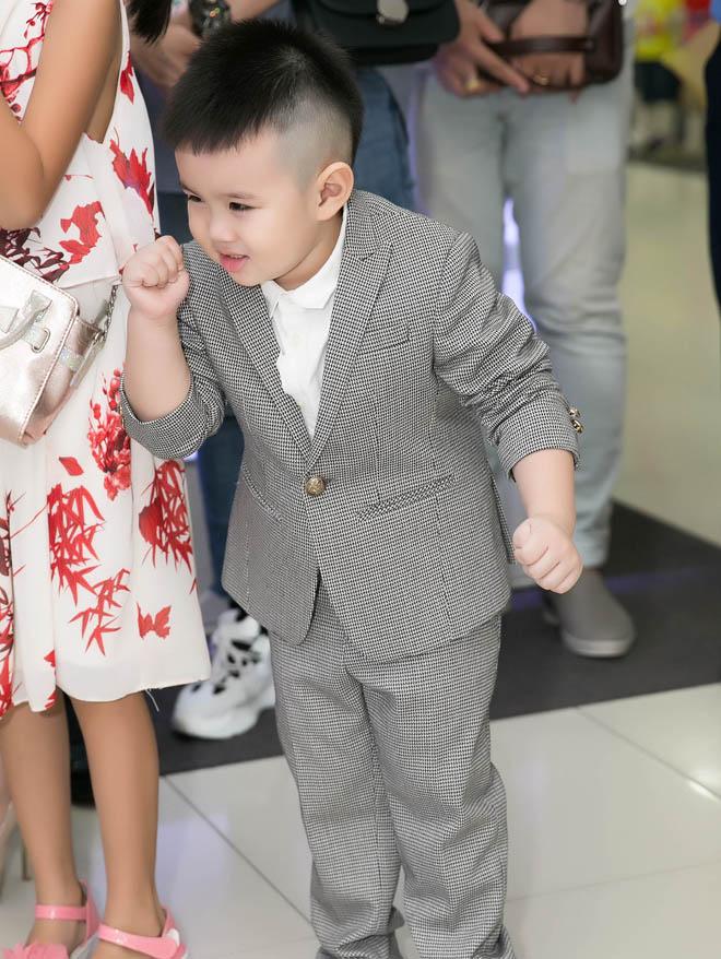 Chồng đại gia của Vy Oanh hiếm hoi xuất hiện bên vợ, khoe hai con giống hệt bố - hình ảnh 3