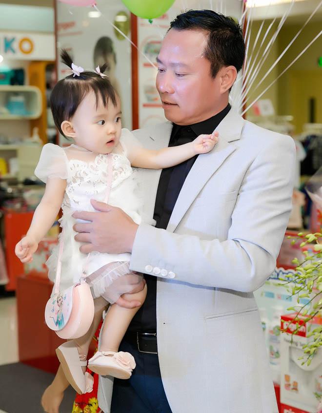 Chồng đại gia của Vy Oanh hiếm hoi xuất hiện bên vợ, khoe hai con giống hệt bố - hình ảnh 5