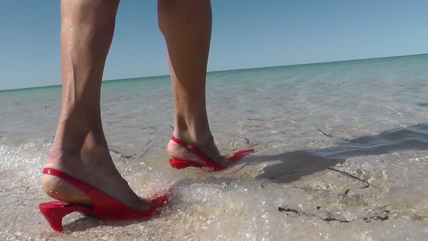 Bạn có biết 5 kiểu giày chuyên dùng ra biển? - 2