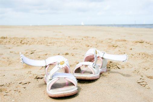 Bạn có biết 5 kiểu giày chuyên dùng ra biển? - 6