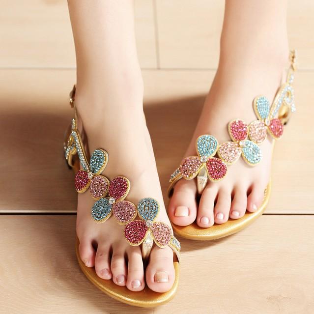 Bạn có biết 5 kiểu giày chuyên dùng ra biển? - 9
