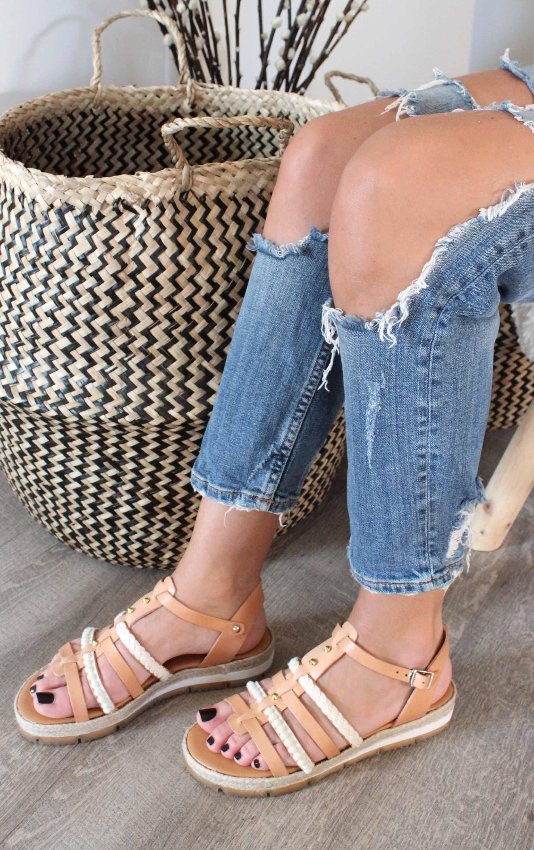 Bạn có biết 5 kiểu giày chuyên dùng ra biển? - 7