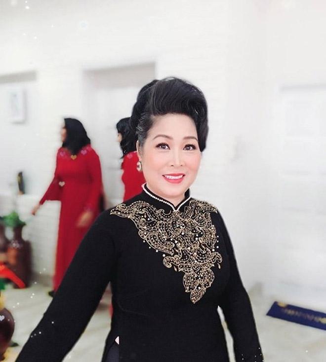 NSND Hồng Vân đeo hoa tai tặng con gái ngày về nước báo hỷ - hình ảnh 4