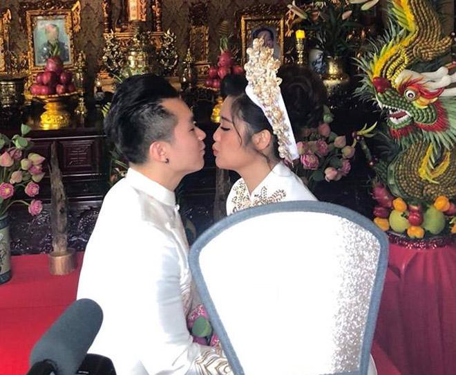 NSND Hồng Vân đeo hoa tai tặng con gái ngày về nước báo hỷ - hình ảnh 2