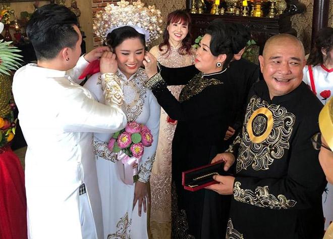 NSND Hồng Vân đeo hoa tai tặng con gái ngày về nước báo hỷ - hình ảnh 3