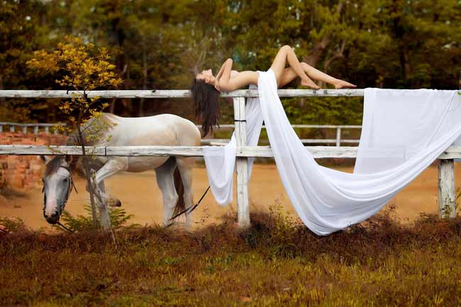 """Mỹ nhân """"nude để thiền"""", """"nude bên ngựa""""…tai tiếng ngày ấy, bây giờ - hình ảnh 12"""