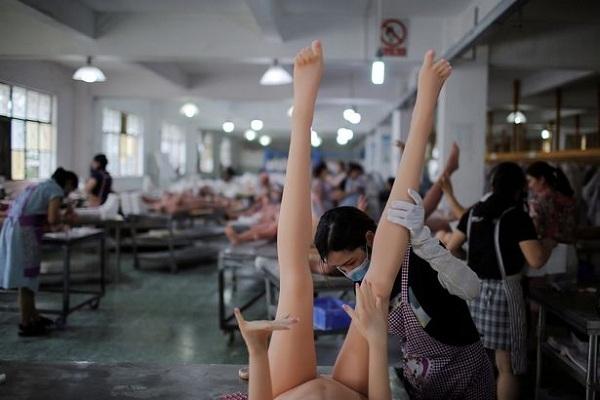 Bí mật kỳ dị bên trong xưởng sản xuất búp bê tình dục - hình ảnh 2