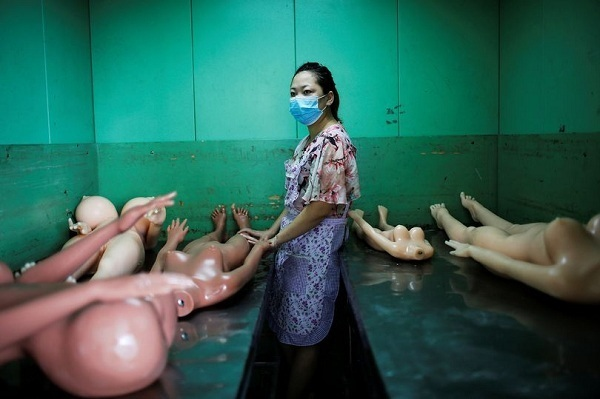 Bí mật kỳ dị bên trong xưởng sản xuất búp bê tình dục - hình ảnh 1
