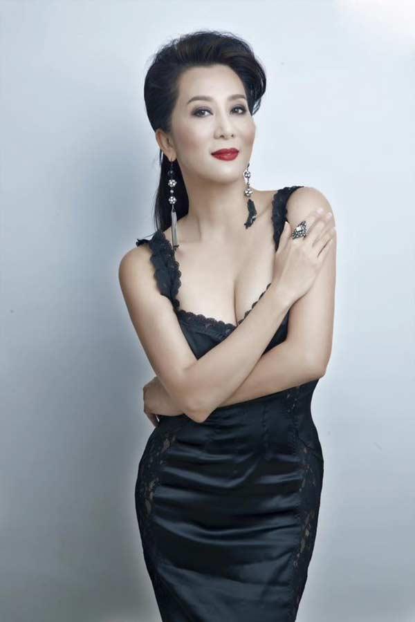 Sự thật đằng sau vẻ đẹp U50 của nữ MC hot nhất hải ngoại? - hình ảnh 1