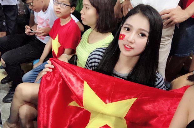 """""""Đứng hình"""" với dàn hot girl đến sân Mỹ Đình """"thả tim"""" cho U23 Việt Nam - hình ảnh 8"""