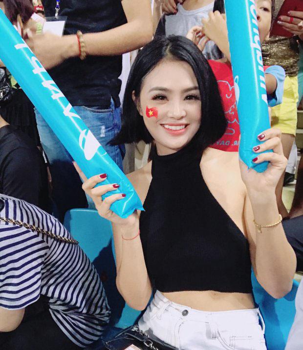 """""""Đứng hình"""" với dàn hot girl đến sân Mỹ Đình """"thả tim"""" cho U23 Việt Nam - hình ảnh 9"""