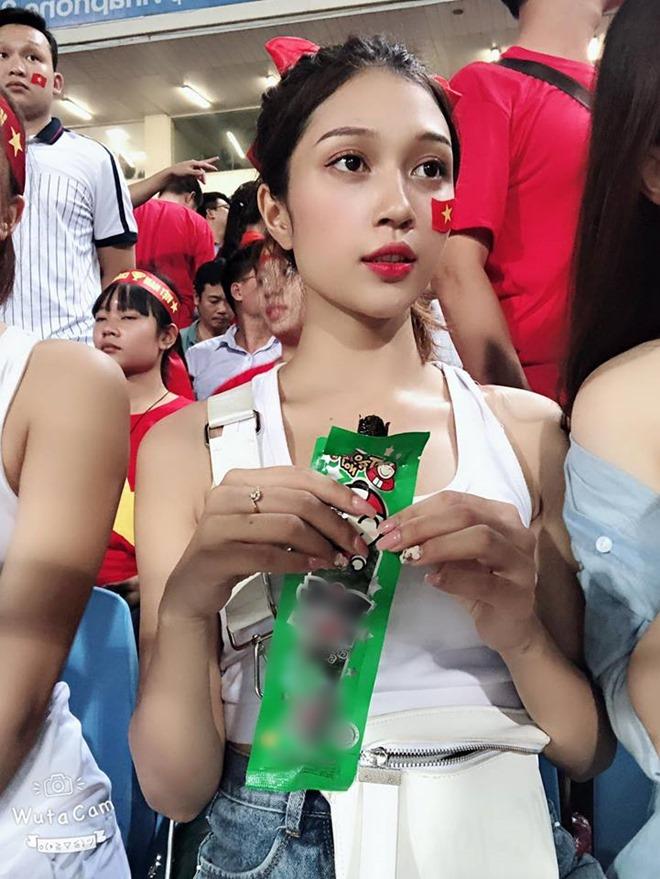 """Bị """"ném đá"""" vì mặc sexy đi xem U23 VN, dàn hot girl mong ước điều này ở dư luận - hình ảnh 7"""