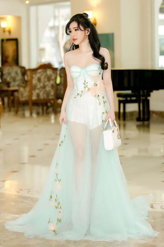Vợ cũ Hồ Quang Hiếu mặc váy mỏng tang khoe làn da trắng như sứ - 2