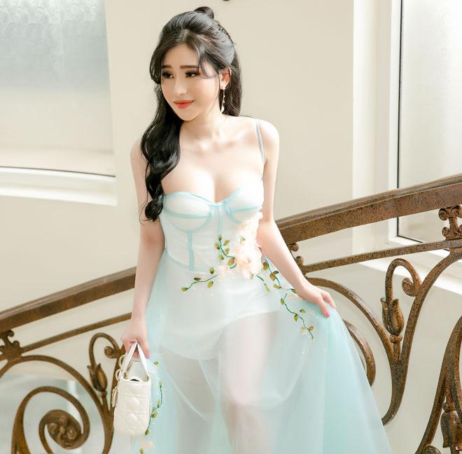 Vợ cũ Hồ Quang Hiếu lại mặc mỏng tang khoe làn da trắng như sứ - hình ảnh 1