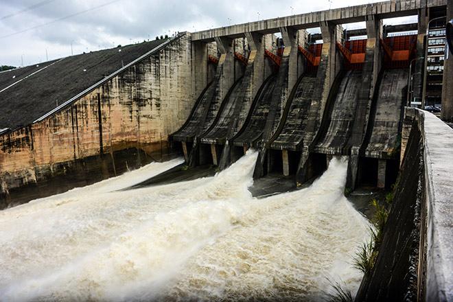 Nước lũ dâng cao, Thủy điện Hòa Bình và Sơn La tiếp tục mở cửa xả đáy - hình ảnh 1