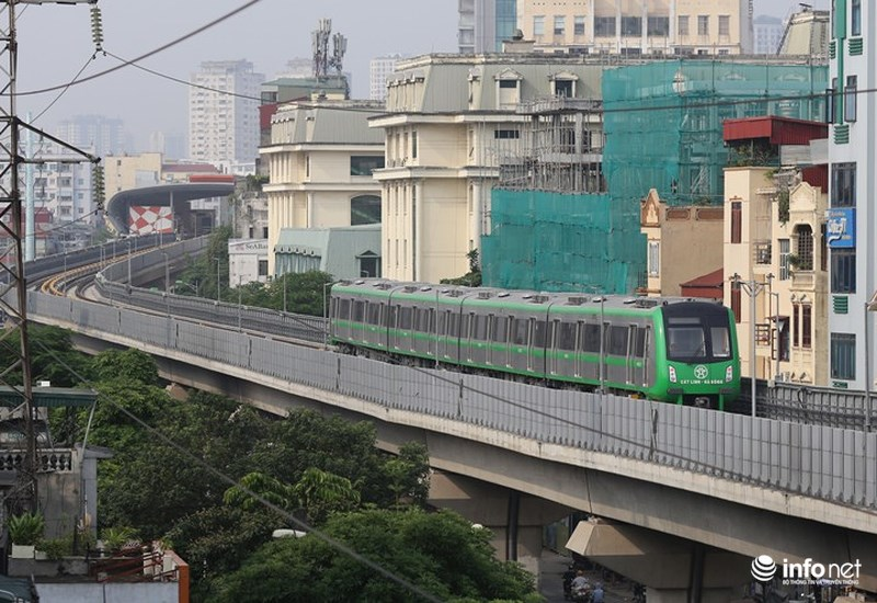 """Bắt gặp tàu đường sắt trên cao Cát Linh – Hà Đông """"lướt"""" giữa thủ đô - hình ảnh 2"""