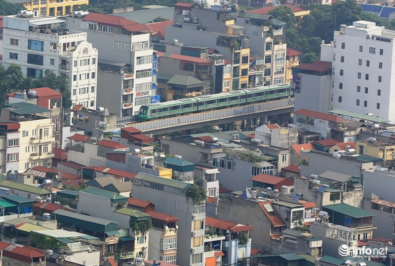 """Bắt gặp tàu đường sắt trên cao Cát Linh – Hà Đông """"lướt"""" giữa thủ đô - hình ảnh 3"""