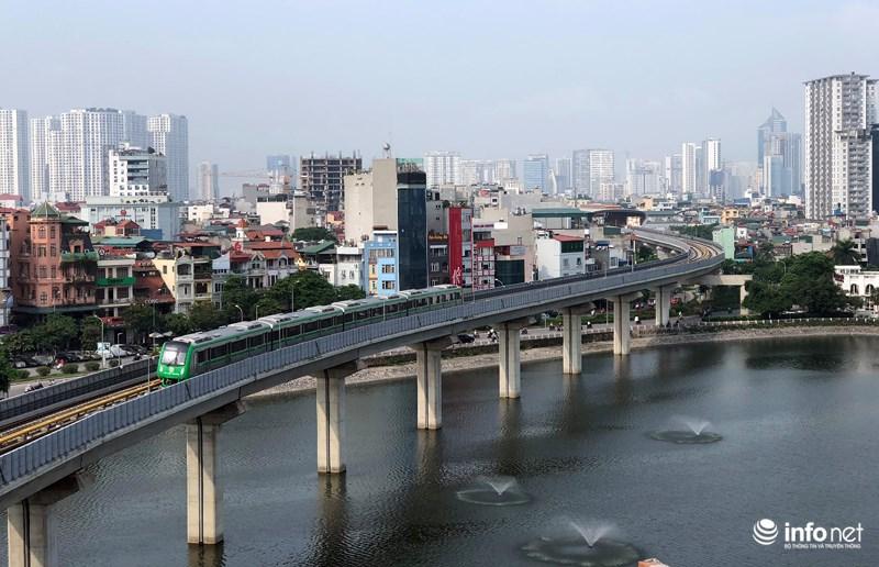"""Bắt gặp tàu đường sắt trên cao Cát Linh – Hà Đông """"lướt"""" giữa thủ đô - hình ảnh 4"""