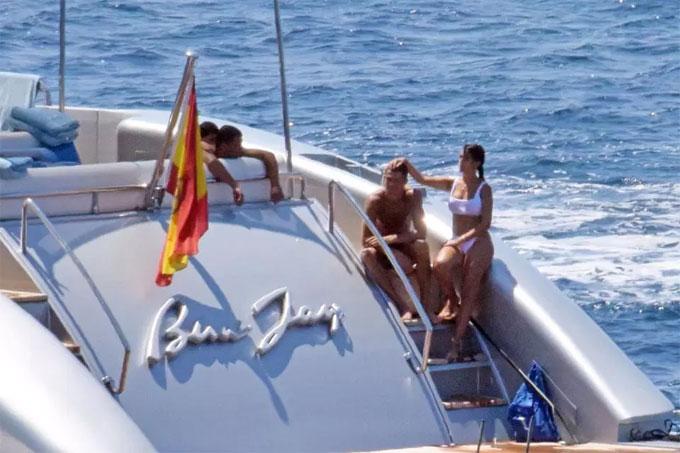 """""""Danh thủ 800 tỷ"""" Ronaldo ném bạn gái bay khỏi du thuyền triệu USD - hình ảnh 1"""