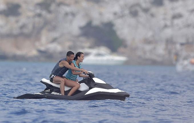 """""""Danh thủ 800 tỷ"""" Ronaldo ném bạn gái bay khỏi du thuyền triệu USD - hình ảnh 5"""