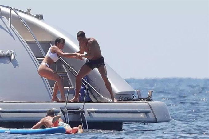 """""""Danh thủ 800 tỷ"""" Ronaldo ném bạn gái bay khỏi du thuyền triệu USD - hình ảnh 2"""