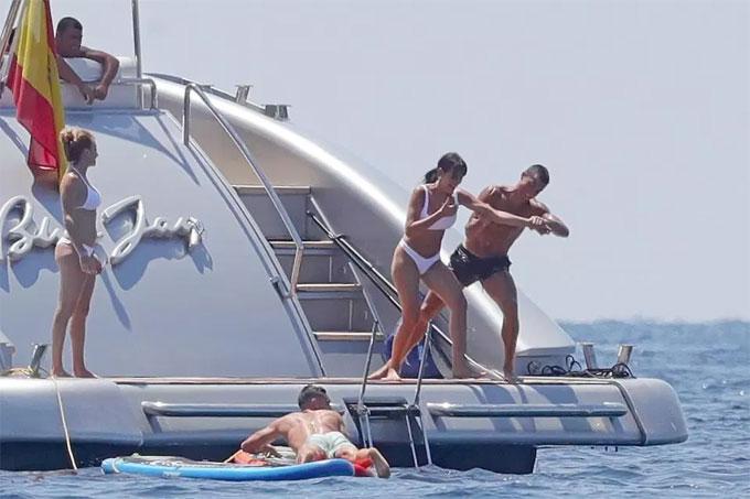 """""""Danh thủ 800 tỷ"""" Ronaldo ném bạn gái bay khỏi du thuyền triệu USD - hình ảnh 3"""