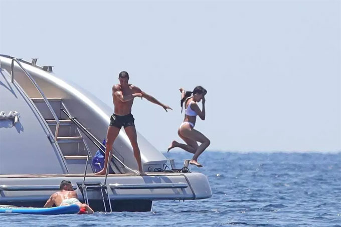 """""""Danh thủ 800 tỷ"""" Ronaldo ném bạn gái bay khỏi du thuyền triệu USD - hình ảnh 4"""