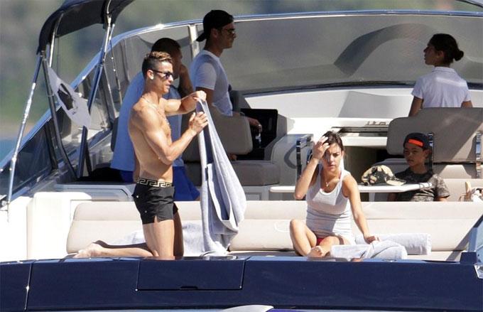 """""""Danh thủ 800 tỷ"""" Ronaldo ném bạn gái bay khỏi du thuyền triệu USD - hình ảnh 11"""
