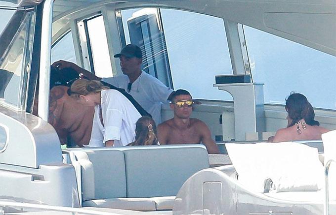 """""""Danh thủ 800 tỷ"""" Ronaldo ném bạn gái bay khỏi du thuyền triệu USD - hình ảnh 12"""