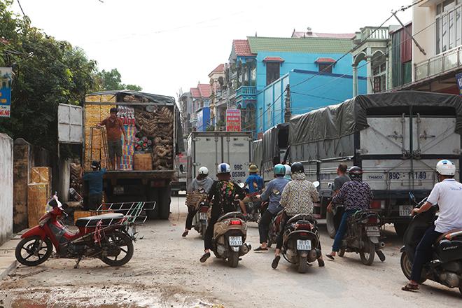 """Tháng cô hồn, người người đổ về Bắc Ninh mua """"nhà lầu, xe hơi, đồ trang sức"""" - hình ảnh 1"""