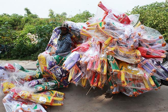 """Tháng cô hồn, người người đổ về Bắc Ninh mua """"nhà lầu, xe hơi, đồ trang sức"""" - hình ảnh 9"""