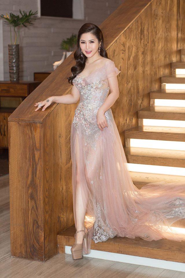 Hương Tràm xinh đẹp diện váy mỏng như sương khoe ngực đầy lấp ló - hình ảnh 4