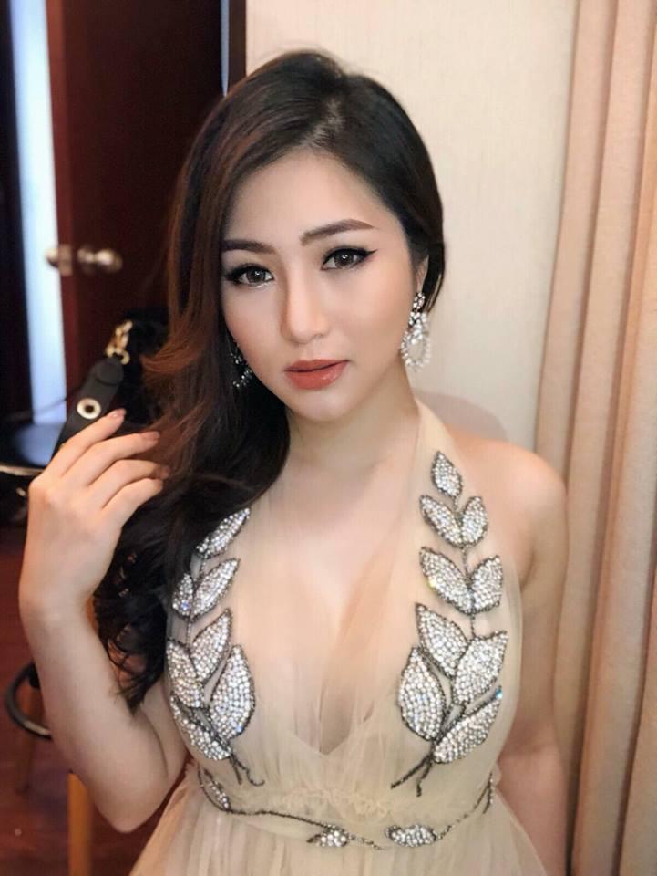 Hương Tràm xinh đẹp diện váy mỏng như sương khoe ngực đầy lấp ló - hình ảnh 9