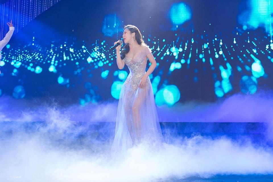 Hương Tràm xinh đẹp diện váy mỏng như sương khoe ngực đầy lấp ló - hình ảnh 6