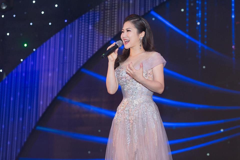 Hương Tràm xinh đẹp diện váy mỏng như sương khoe ngực đầy lấp ló - hình ảnh 5