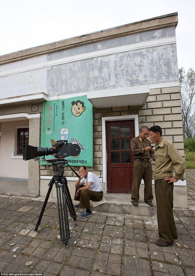 Điện ảnh của đất nước bí ẩn Triều Tiên được hé lộ qua loạt ảnh hiếm thấy - hình ảnh 5