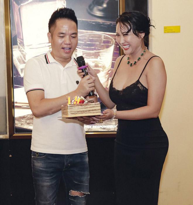 Dự sinh nhật bạn thân, Phi Thanh Vân khiến khách mời choáng khi diện váy hở bạo - hình ảnh 3