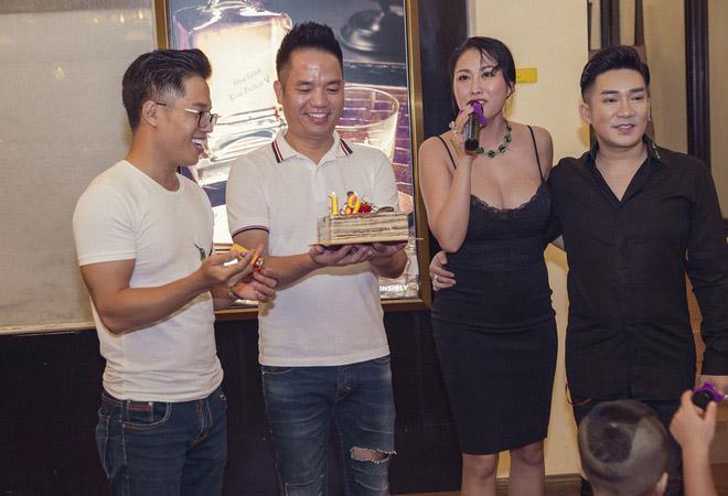 Dự sinh nhật bạn thân, Phi Thanh Vân khiến khách mời choáng khi diện váy hở bạo - hình ảnh 4