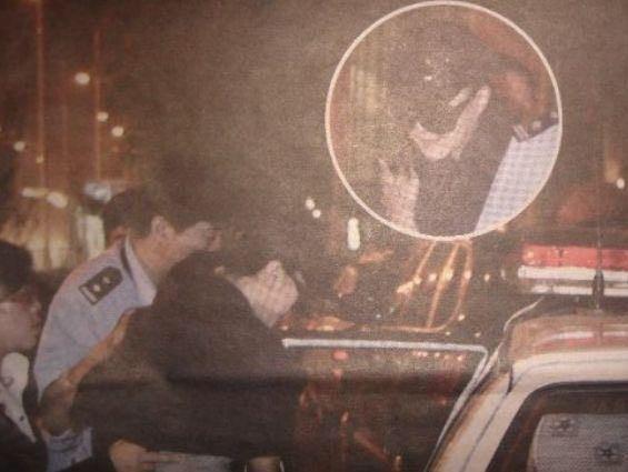 Xôn xao ảnh Phạm Băng băng trùm kín mặt, bị cảnh sát bắt lên xe - hình ảnh 1