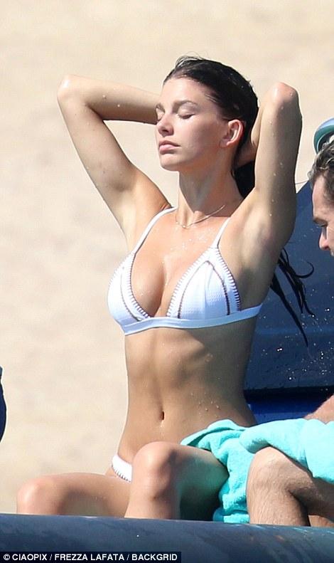 Bạn gái kém 22 tuổi của tài tử Titanic hớ hênh vòng 1 vì bikini quá bé - hình ảnh 5