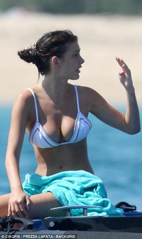 Bạn gái kém 22 tuổi của tài tử Titanic hớ hênh vòng 1 vì bikini quá bé - hình ảnh 4