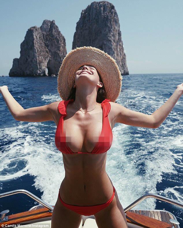 Bạn gái kém 22 tuổi của tài tử Titanic hớ hênh vòng 1 vì bikini quá bé - hình ảnh 2