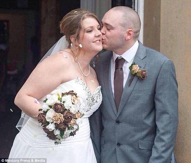 Xem ảnh cưới, cặp đôi sốc nặng khi nhiếp ảnh toàn chụp ngực và mông phù dâu - hình ảnh 2