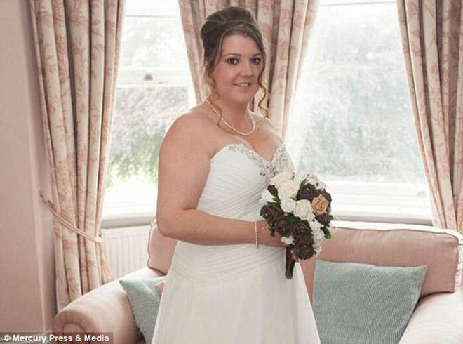 Xem ảnh cưới, cặp đôi sốc nặng khi nhiếp ảnh toàn chụp ngực và mông phù dâu - hình ảnh 3